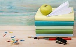Zurück zu Schule Stapel bunte Bücher auf Holztisch Kopieren Sie Platz Stockbild