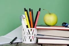 Zurück zu Schule! Stapel von Büchern, grüner Apfel, offenes Notizbuch, diffe Stockbild