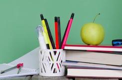 Zurück zu Schule! Stapel von Büchern, grüner Apfel, offenes Notizbuch, diffe Lizenzfreies Stockfoto