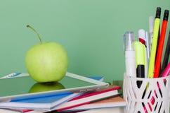 Zurück zu Schule! Stapel von Büchern und von digitaler Tablette, grüner Apfel, d Lizenzfreie Stockfotografie