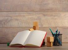 Zurück zu Schule und glücklicher Zeit Bücher und Bleistifte auf dem Schreibtisch an der Volksschule Lizenzfreies Stockbild