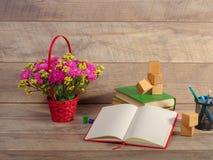 Zurück zu Schule und glücklicher Zeit Bücher und Bleistifte auf dem Schreibtisch an der Volksschule Lizenzfreies Stockfoto