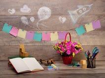 Zurück zu Schule und glücklicher Zeit Bücher und Bleistifte auf dem Schreibtisch an der Volksschule Stockbild