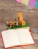 Zurück zu Schule und glücklicher Zeit Bücher und Bleistifte auf dem Schreibtisch an der Volksschule Stockfotos