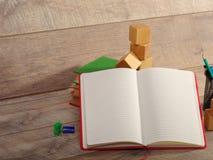 Zurück zu Schule und glücklicher Zeit Bücher und Bleistifte auf dem Schreibtisch an der Volksschule Lizenzfreie Stockfotos