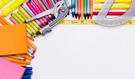 Zurück zu Schule Versorgungen und Weißbuchhintergrund Lizenzfreies Stockfoto