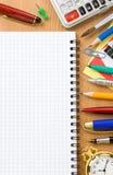Zurück zu Schulekonzept und überprüftem Notizbuch Lizenzfreies Stockfoto