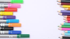 Zurück zu Schulemagischer Markierung und farbigem Bleistift und auf weißem Hintergrund Lizenzfreies Stockfoto