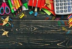 Zurück zu Schuleschulbriefpapier auf einem schwarzen hölzernen Hintergrund stockfotografie