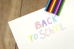 Zurück zu Schulezeichen auf dem Weißbuch Stockfotos