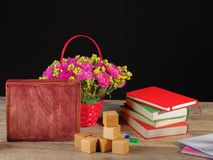 Zurück zu Schulezubehör Bücher und Tafel auf hölzernem Hintergrund Lizenzfreie Stockbilder