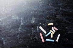 Zurück zu Schulhintergrund auf Tafel mit bunten Kreiden Stockfotografie