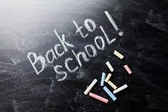 Zurück zu Schulhintergrund auf Tafel mit Kreiden Stockfotos