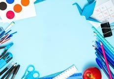 Zurück zu Schulhintergrund in den blauen, roten, schwarzen, weißen Farben Stockfotografie