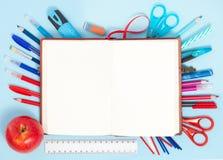 Zurück zu Schulhintergrund in den blauen, roten und weißen Farben Stockfotos