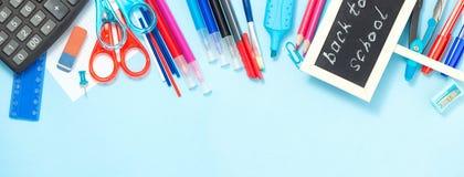 Zurück zu Schulhintergrund in den blauen, roten und weißen Farben Lizenzfreies Stockfoto