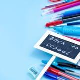 Zurück zu Schulhintergrund in den blauen, roten und weißen Farben Stockfotografie