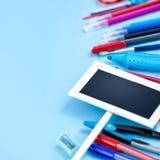 Zurück zu Schulhintergrund in den blauen, roten und weißen Farben Stockfoto