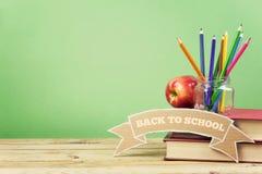 Zurück zu Schulhintergrund mit Büchern, Bleistiften und Apfel Lizenzfreie Stockbilder