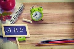 Zurück zu Schulhintergrund mit Büro-Werkzeugen Stockbild