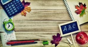 Zurück zu Schulhintergrund mit Büro-Werkzeugen Lizenzfreie Stockfotos