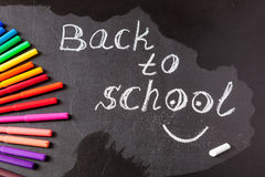 Zurück zu Schulhintergrund mit bunten Filzstiften und Titel zurück zu der Schule geschrieben durch weiße Kreide Stockfotografie