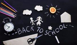 Zurück zu Schulhintergrund mit dem Kind, das zur Schule geht Kind-` s Kreativität Anwendung auf einer Tafel Ansicht von oben Stockfotos