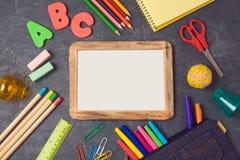 Zurück zu Schulhintergrund mit dem Plakatspott hoch und Schulbedarf Ansicht von oben lizenzfreie stockbilder