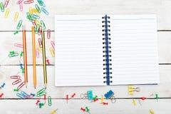Zurück zu Schulhintergrund mit Notizbuch, Bleistifte auf weißem woode Lizenzfreies Stockfoto