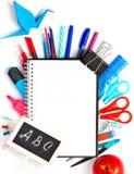 Zurück zu Schulhintergrund mit Notizbuch und bunt Lizenzfreie Stockbilder