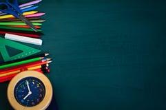 Zurück zu Schulhintergrund mit Schulbedarf und Wecker Stockfotos