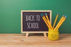 Zurück zu Schulhintergrund mit Tafel und Bleistiften im emoji rütteln Sie Stockfotografie