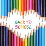 """Zurück zu Schulkonzept. Bunte Bleistifte vereinbart als Herz. Die Wörter """"zurück zu der Schule"""" geschrieben in Bleistift Lizenzfreies Stockbild"""