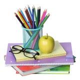 Zurück zu Schulkonzept. Ein Apfel, farbigen Bleistifte und Gläser auf Stapel von den Büchern lokalisiert Stockbild