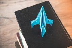 Zurück zu Schulkonzept ist- Rakete auf Büchern Idee des Wissens und der Aspirationen in einer Karriere stockbild