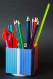 Zurück zu Schulkonzept mit Warenkorb, Bücher und Staffelungshut Lizenzfreies Stockbild