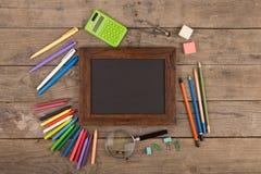 Zurück zu Schulkonzept - Schulbedarf auf dem hölzernen Schreibtisch Lizenzfreies Stockbild