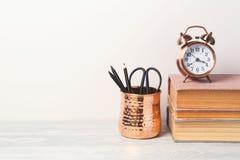 Zurück zu Schulmodernem Hintergrund mit Büchern, Wecker stockfoto