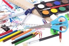 Zurück zu Schulschablone mit Briefpapier und Notizbuch auf Weiß Lizenzfreie Stockfotos