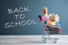 Zurück zu Schulwarenkorb lizenzfreies stockfoto