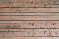 Zurück zu Schulwillkommenssatz Konzept- des Entwurfesbildung liefert Ikonen auf hölzernem Hintergrund Gekritzelillustration des H Lizenzfreie Stockfotos