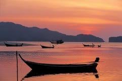 Zurück zu Ufer vor dem letzten Licht bei Pak Meng Beach in Trang Lizenzfreies Stockfoto