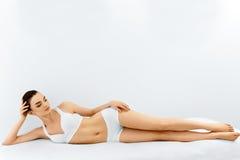 Zurückblickende Zusammenfassung Badekurort-Gesicht, saubere Haut Frau getrennt auf Weiß stockbild