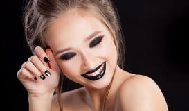 Zurückblickende Zusammenfassung Berufsmake-up und Maniküre mit smokey Augen Schwarze Farben Kopie-Raum lizenzfreie stockfotografie