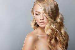 Zurückblickende Zusammenfassung Schönes Badekurort-Mädchen-perfekte frische Haut Nacktes Make-up Lizenzfreie Stockfotos