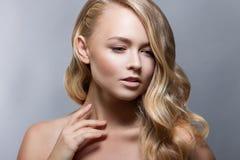 Zurückblickende Zusammenfassung Schönes Badekurort-Mädchen-perfekte frische Haut Nacktes Make-up Lizenzfreies Stockbild