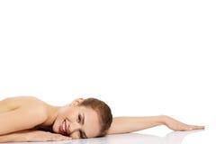 Zurückblickende Zusammenfassung Schönes vorbildliches Girl mit perfekter frischer sauberer Haut Frau getrennt auf Weiß stockfoto