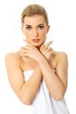 Zurückblickende Zusammenfassung Schönes vorbildliches Girl mit perfekter frischer sauberer Haut Frau getrennt auf Weiß lizenzfreies stockfoto
