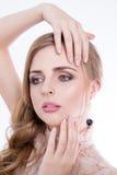 Zurückblickende Zusammenfassung Schönes vorbildliches Mädchen mit perfekter frischer sauberer Haut und Berufsmake-up Blonde Frauv Lizenzfreies Stockbild
