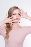 Zurückblickende Zusammenfassung Schönes vorbildliches Mädchen mit perfekter frischer sauberer Haut und Berufsmake-up Blonde Frauv Lizenzfreie Stockfotos